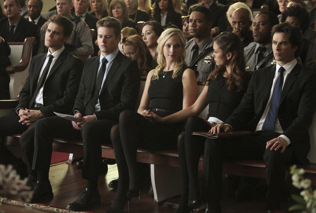 Die Freunde machen sich Sorgen um Caroline - Bildquelle: Warner Bros. Entertainment Inc.