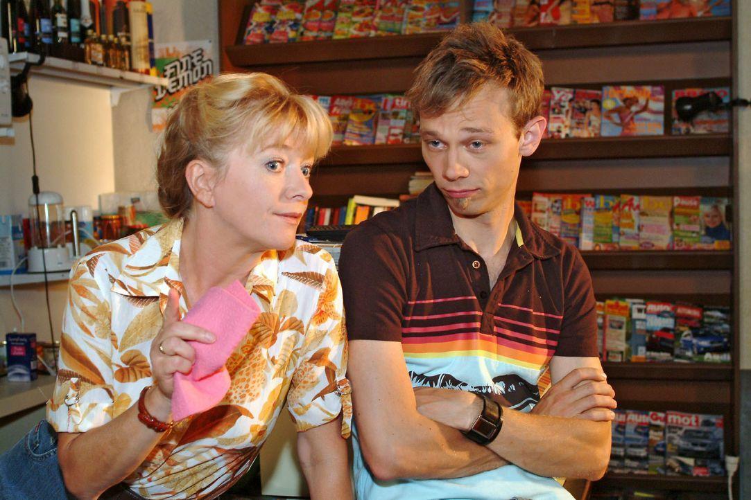 Helga (Ulrike Mai, l.) ahnt, dass Jürgen (Oliver Bokern, r.) der richtige Mann für ihre Lisa sein könnte. - Bildquelle: Monika Schürle SAT.1 / Monika Schürle