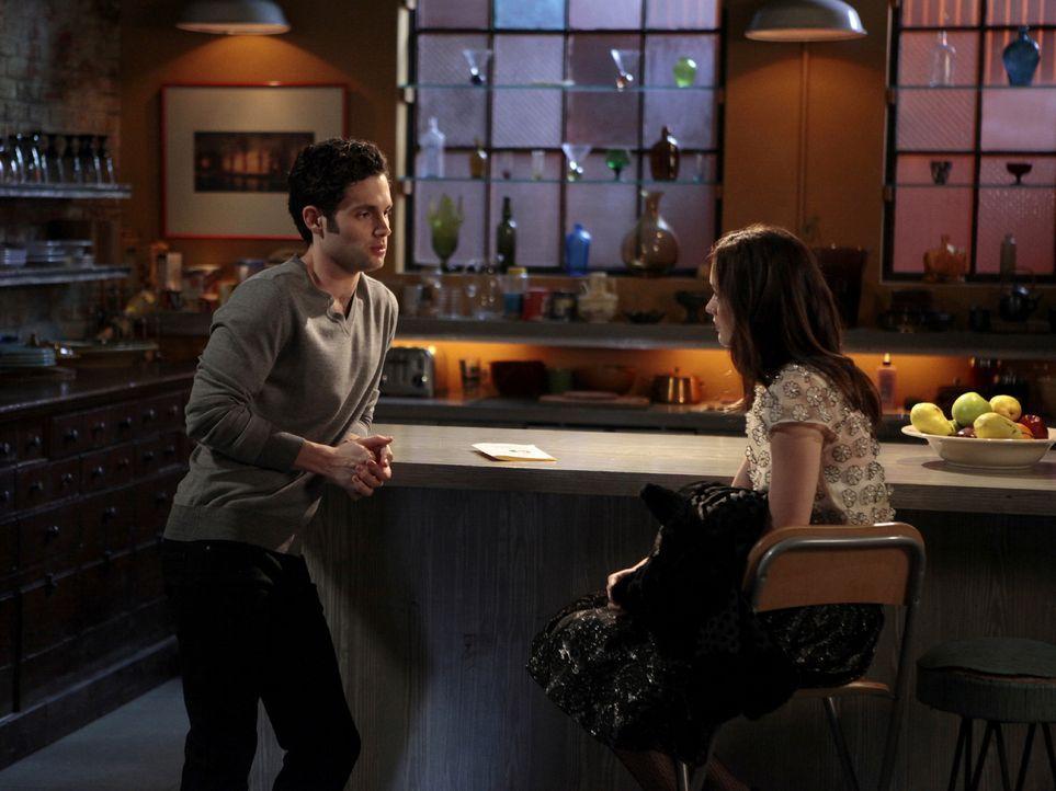 Blair (Leighton Meester, r.) arbeitet wie verrückt und steht am Rande eines Nervenzusammenbruchs, doch sie will nicht zugeben, dass sie Dans (Penn B... - Bildquelle: Warner Bros. Television