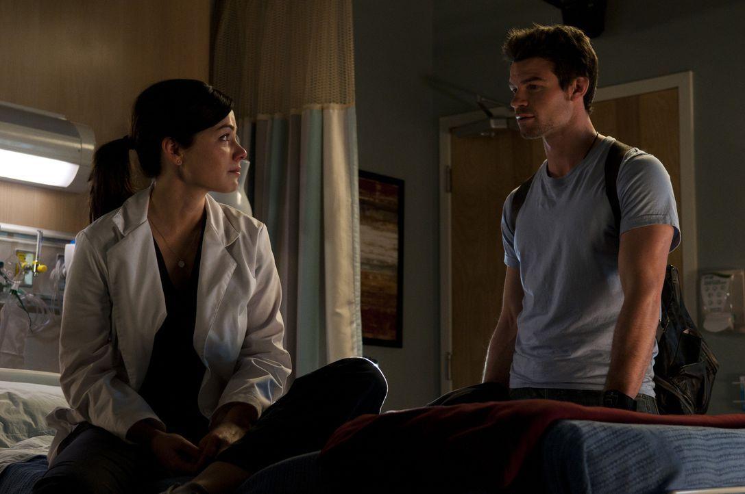 Joel (Daniel Gillies, r.) macht sich Sorgen um Alex (Erica Durance, l.), die mit der aktuellen Situation überfordert zu sein scheint ... - Bildquelle: 2012  Hope Zee One Inc.