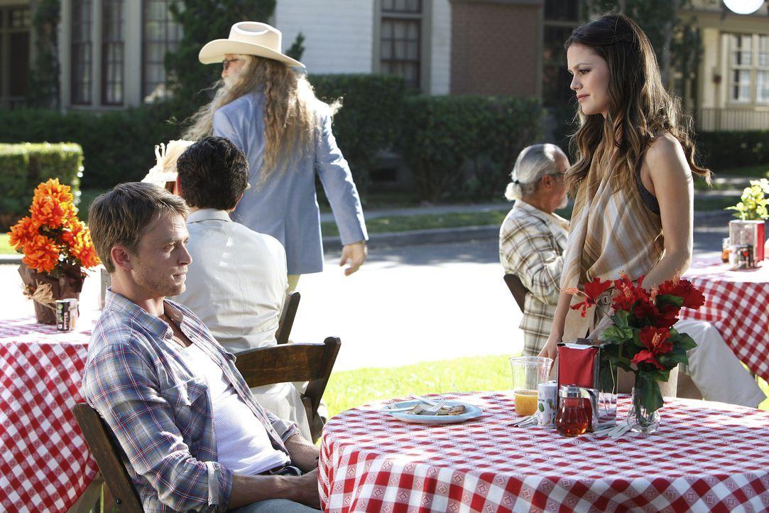 Die Bewohner von Bluebell und vor allem Wade (Wilson Bethel, l.) überraschen Zoe (Rachel Bilson, r.) immer wieder ... - Bildquelle: Warner Bros.