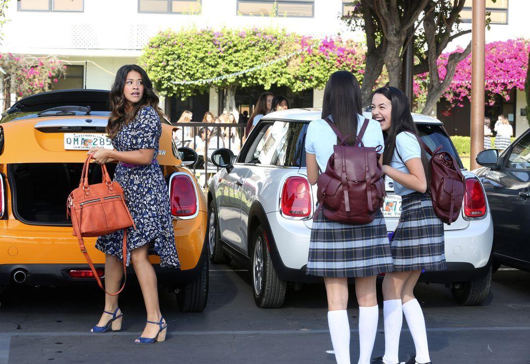 Als sich Jane (Gina Rodriguez, l.) und ihr Vater Rogelio endlich näher kommen, sind seine gemeinen Zwillingstöchter (Veronica und Vanessa Merrell) f... - Bildquelle: 2014 The CW Network, LLC. All rights reserved.