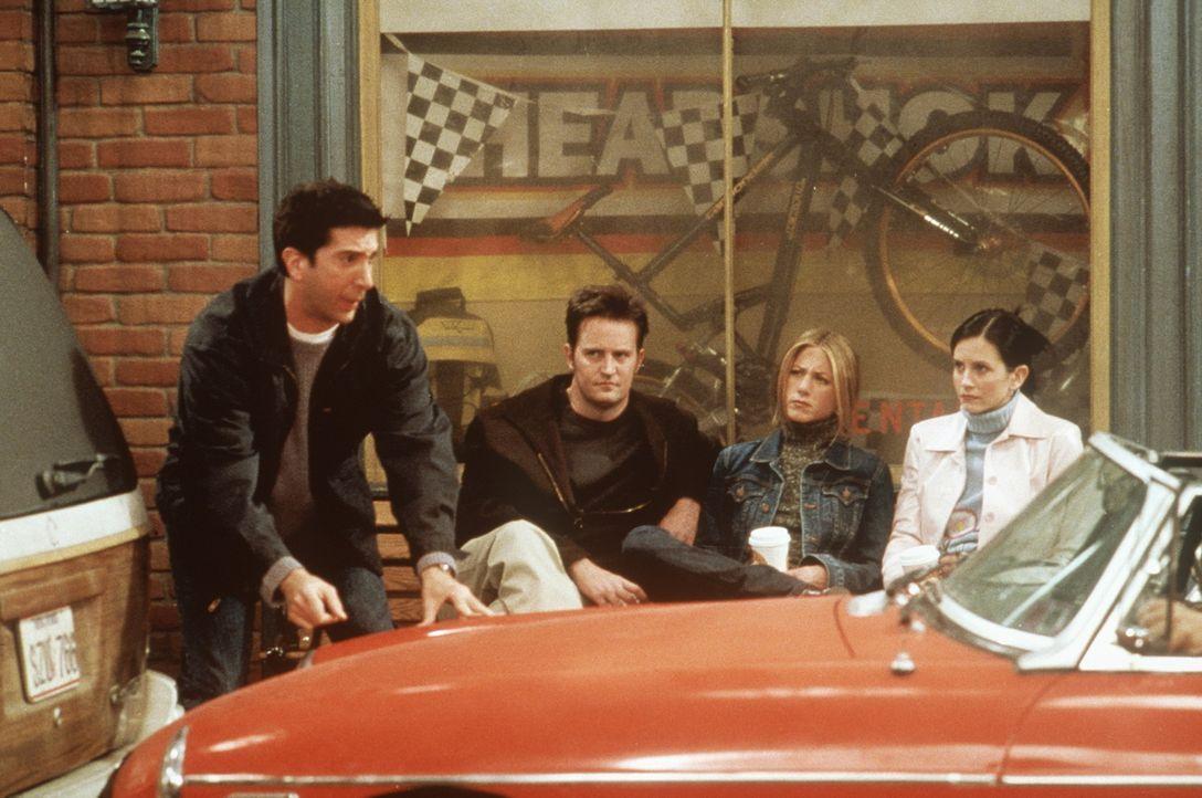Ross (David Schwimmer, l.) hat sich an seinem dreißigsten Geburtstag einen todschicken Sportwagen gekauft. - Bildquelle: TM+  2000 WARNER BROS.