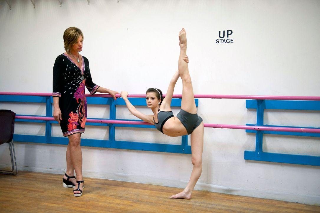 Kelly (l.) unterstützt ihre Tochter Brooke (r.) beim Training, denn schließlich steht die große Abby Lee Dance Company Show vor der Tür und da s... - Bildquelle: 2011 A&E Television Networks, LLC. All rights reserved.
