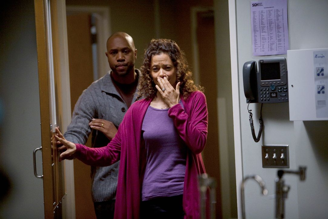 Machen sich große Sorgen über ihren kranken Sohn: Mr. (Derek Webster, l.) und Mrs. Anderson (Erica Gimpel, r.) ... - Bildquelle: Touchstone Television