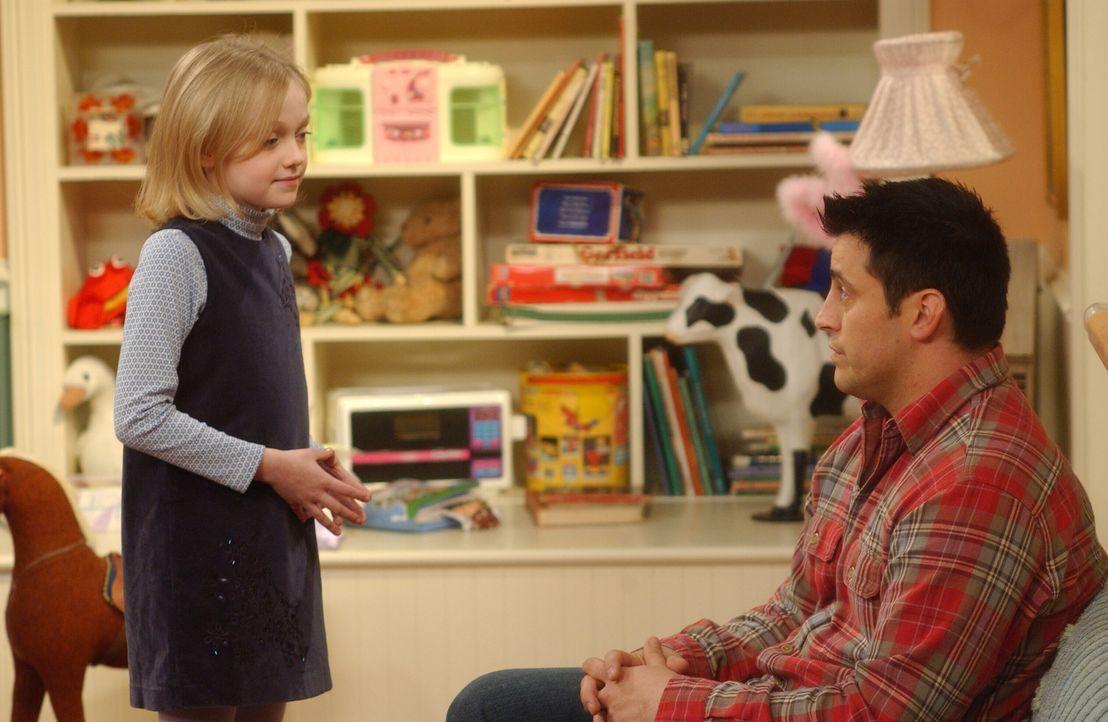 In Mackenzie (Dakota Fanning, l.) findet Joey (Matt LeBlanc, r.) eine neue Freundin ... - Bildquelle: 2003 Warner Brothers International Television