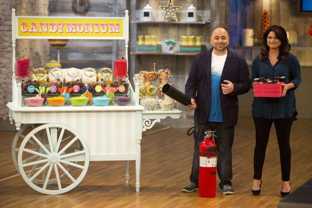 Duff Goldman (l.) und Valerie Bertinelli (r.) sind gespannt, ob die jungen Bäcker den schmalen Grat zwischen süß und zu süß meistern ... - Bildquelle: Adam Rose 2015, Television Food Network, G.P.  All Rights Reserved.