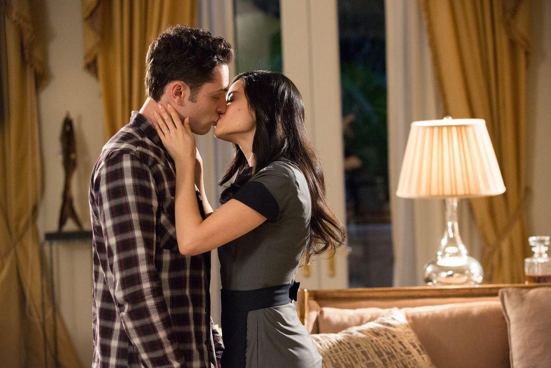 Noch ahnen Ethan (Colin Woodell, l.) und Valentina (Edy Ganem, r.) nicht, dass ihre Gefühle füreinander auf eine sehr harte Probe gestellt werden ..... - Bildquelle: 2014 ABC Studios