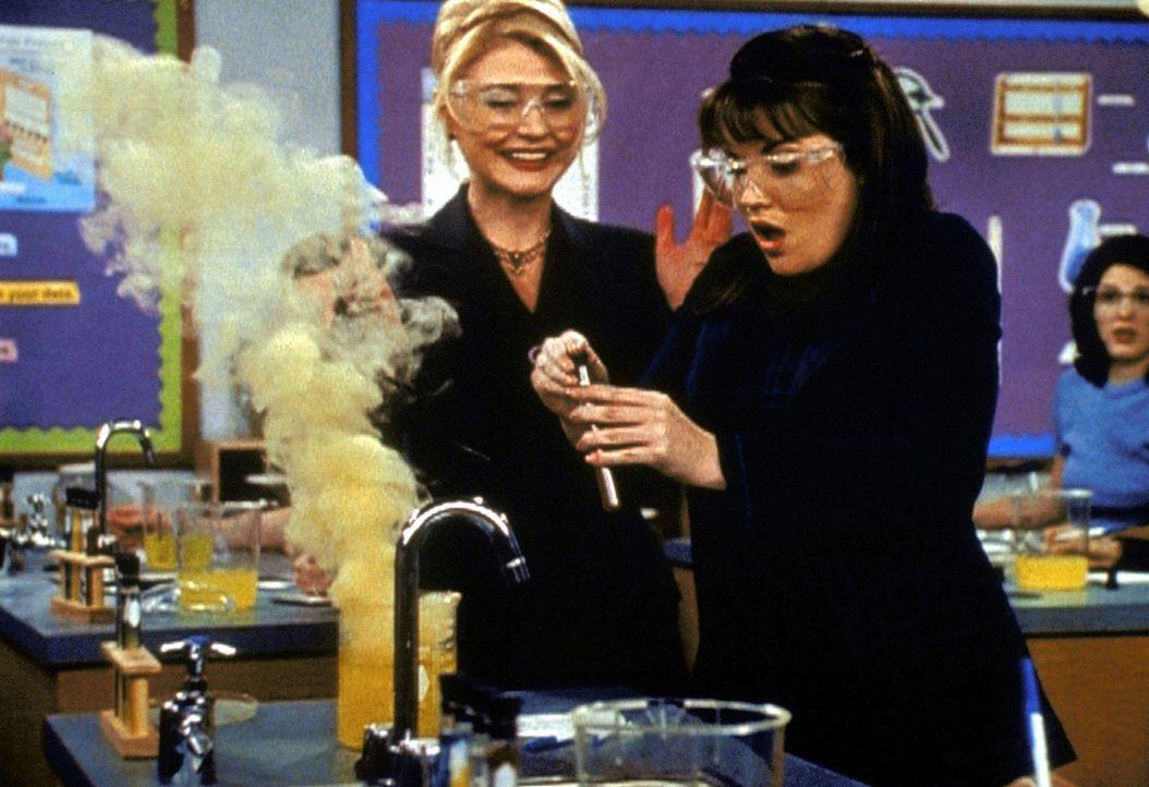 Zelda (Beth Broderick, l.) wird in Sabrinas Schule Aushilfslehrerin in Chemie. Zu Sabrinas Leidwesen ist Libby (Jenna Leigh Green, r.) die einzige,... - Bildquelle: Paramount Pictures