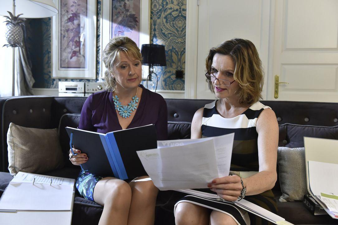 Planen auf Kosten von Gül, einen entscheidenden Sparschnitt: Felicitas (Claudia Lietz, l.) und Sylvia (Eva Mannschott, r.) ... - Bildquelle: Claudius Pflug SAT.1