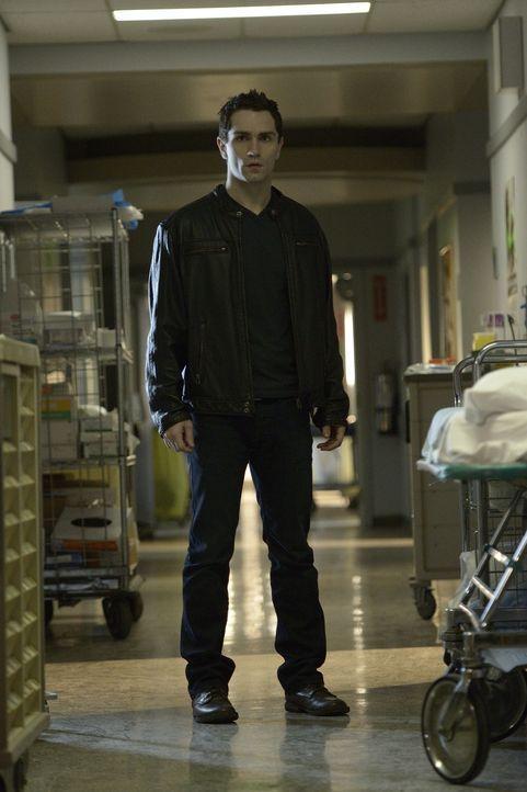 Aidan (Sam Witwer) muss im Krankenhaus eine schnelle Entscheidung treffen, denn Kenny hat einen anderen Vampir gefunden, der ihn verwandeln will ... - Bildquelle: Phillipe Bosse 2013 B.H. 2 Productions (Muse) Inc. ALL RIGHTS RESERVED.