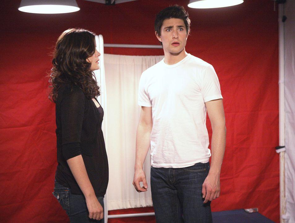 Im Krankenhauszelt wird ihnen klar, dass sie eine ganze Menge gemeinsam haben: Kyle (Matt Dallas, r.) und Jessi (Jaimie Alexander, l.) besitzen beid... - Bildquelle: TOUCHSTONE TELEVISION