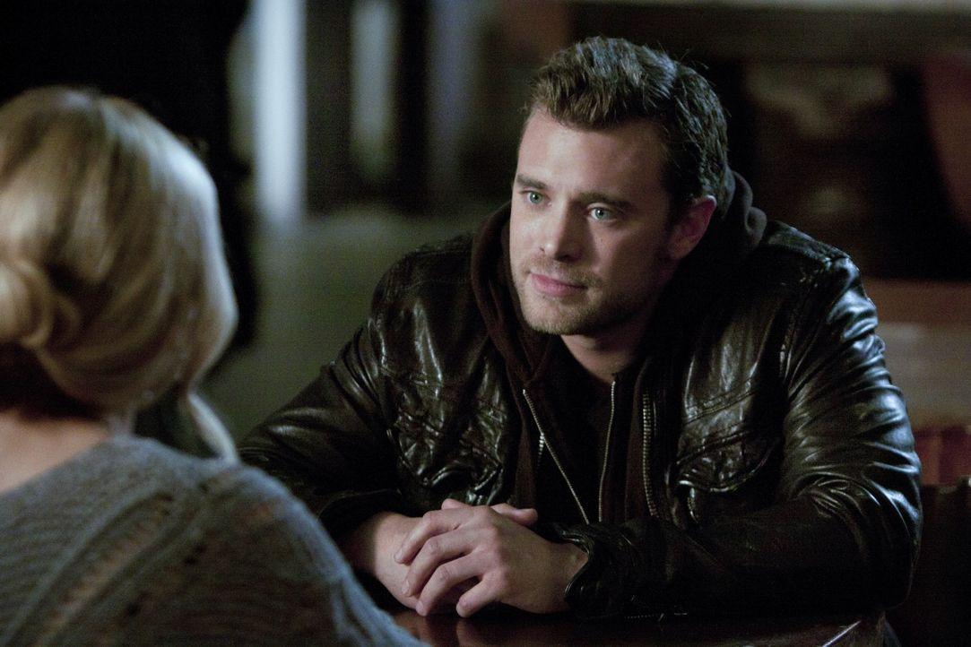 Bridget (Sarah Michelle Gellar, l.) bittet Charlie (Billy Miller, r.), die Polizeiwaffe zu entsorgen. Sie ahnt nicht, dass sie sich dadurch in groß... - Bildquelle: 2011 THE CW NETWORK, LLC. ALL RIGHTS RESERVED