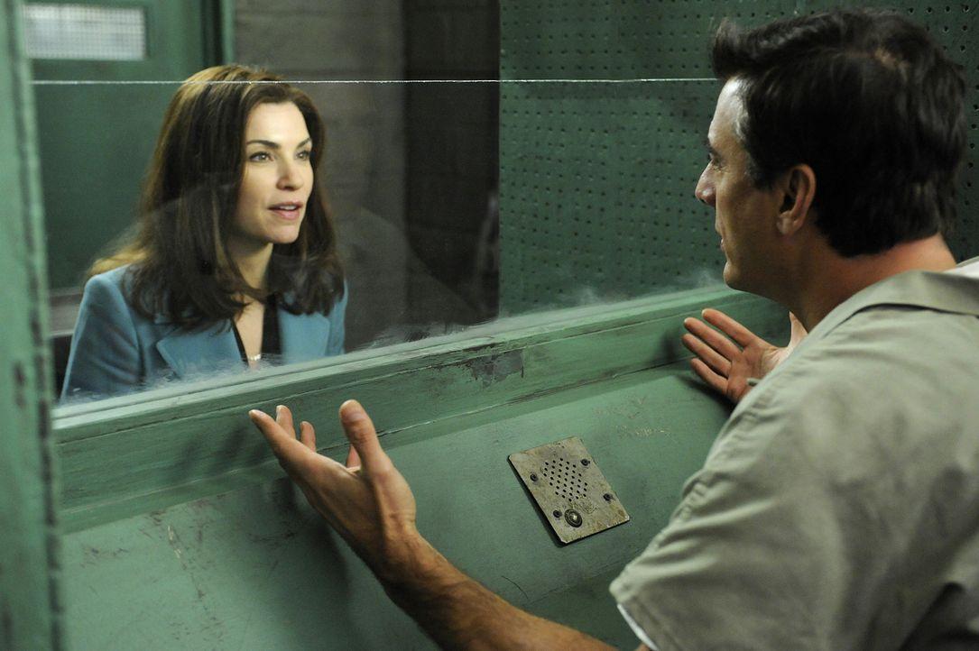 Während Alicia (Julianna Margulies, l.) an einem neuen schwierigen Fall arbeitet, setzt Glenn Childs Kalinda auf Peter (Chris Noth, r.) an ... - Bildquelle: CBS Studios Inc. All Rights Reserved.