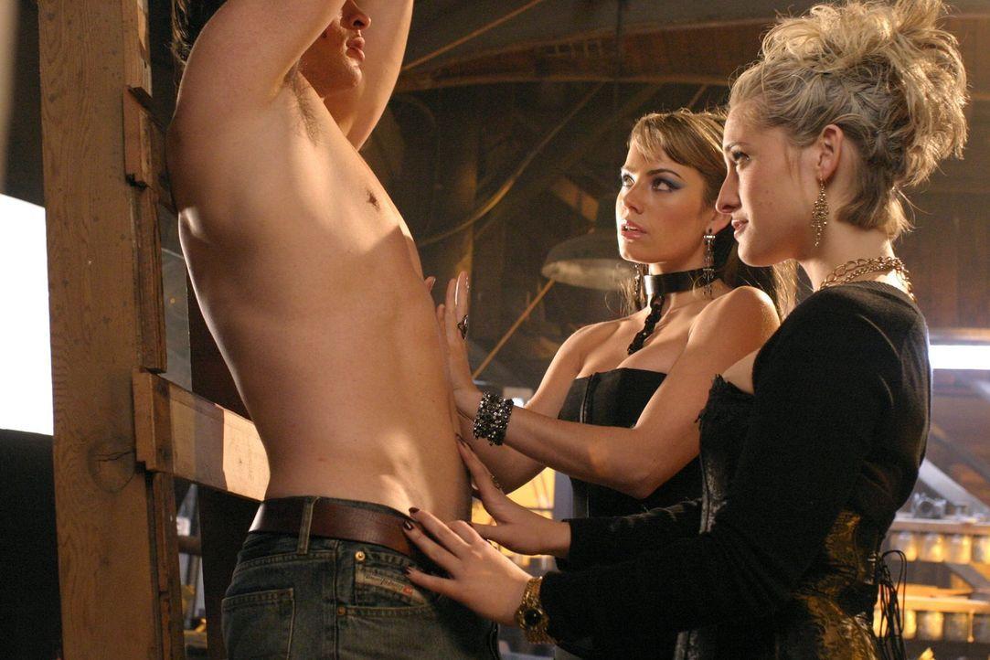 Da Isabelle Thoreaux weiß, dass Clark (Tom Welling, l.) sie zu einem der Steine führen kann, versuchen die Hexen (Erica Durance, M., Allison Mack, r... - Bildquelle: Warner Bros.