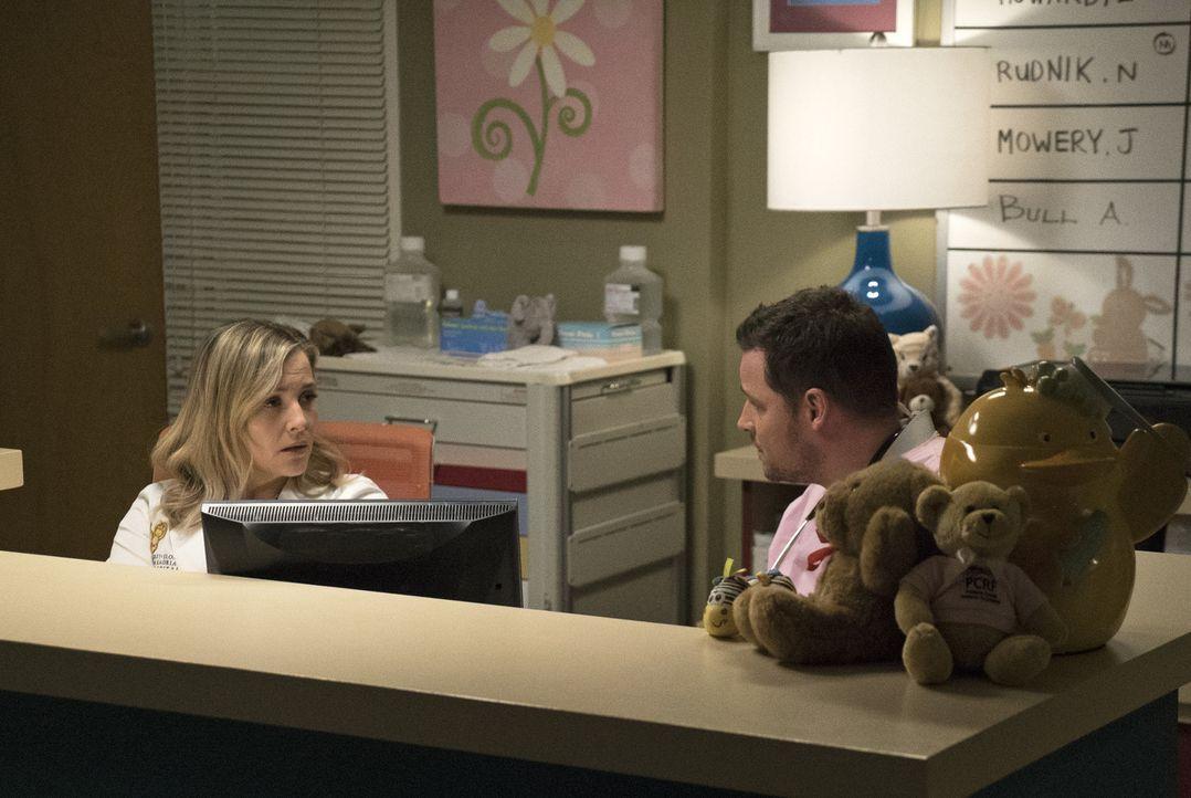 Bei Arizona (Jessica Capshaw, l.) sucht Alex (Justin Chambers, r.) Rat. Er weiß einfach nicht, wie er zu Jo steht ... - Bildquelle: 2017 American Broadcasting Companies, Inc. All rights reserved.
