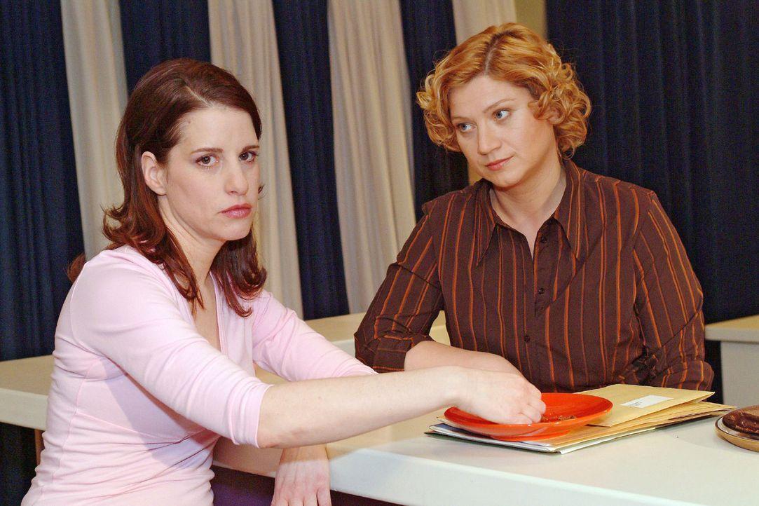 Inka (Stefanie Höner, l.) erzählt Agnes (Susanne Szell, r.) ihre Enttäuschung darüber, dass Timo Thomas hinter ihrem Rücken trifft. Einfühlsam... - Bildquelle: Sat.1