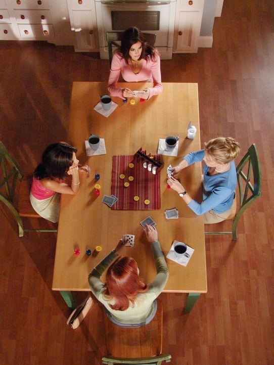 Susan (Teri Hatcher, hinten), Bree (Marcia Cross, vorne), Lynette (Felicity Huffman, r.) und Gaby (Eva Longoria, l.) sitzen an ihrem traditionellen... - Bildquelle: ABC Studios
