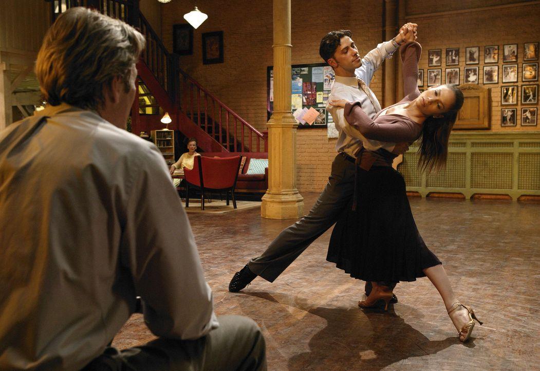 Gespannt sieht John (Richard Gere, l.) Paulina (Jennifer Lopez, r.) beim Tanzen zu ... - Bildquelle: Buena Vista International Television