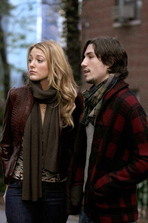 Obwohl Serena (Blake Lively, l.) mit Aaron (John Patrick Amedori, r.) zum Snowflake-Ball geht, hat sie noch Gefühle für Dan, die ihr zuschaffen mach... - Bildquelle: Warner Brothers