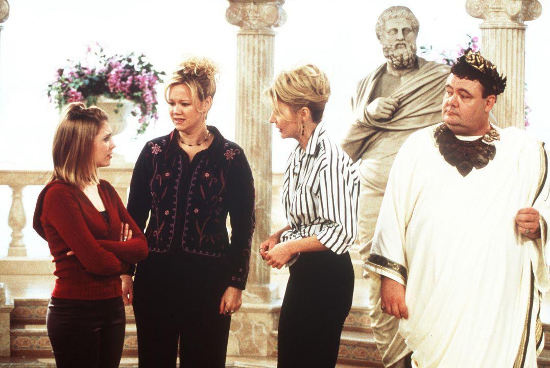 (v.l.n.r.) Sabrina (Melissa Joan Hart), Hilda (Caroline Rhea) und Zelda (Beth Broderick) werden von Caligula (Glenn Shadix), einem Römer, bedroht. - Bildquelle: Paramount Pictures
