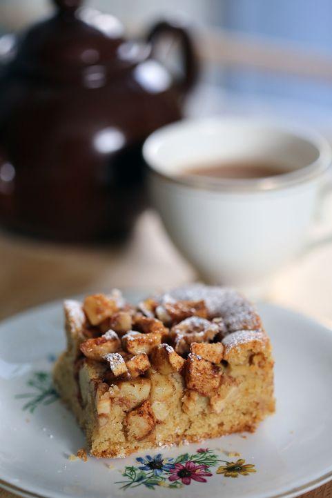 Ein würziger Apfel-Blechkuchen ist die perfekte Ergänzung zu einer Tasse Kaffee oder Tee ... - Bildquelle: Richard Hill BBC 2013