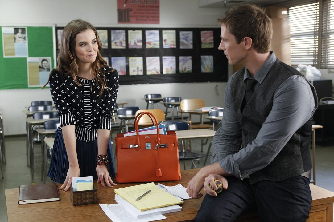 Wird Mr. Carpenter (Jason Dohring, r.) den Avancen von Juliet (Zoey Deutch, l.) standhalten? - Bildquelle: 2011 THE CW NETWORK, LLC. ALL RIGHTS RESERVED