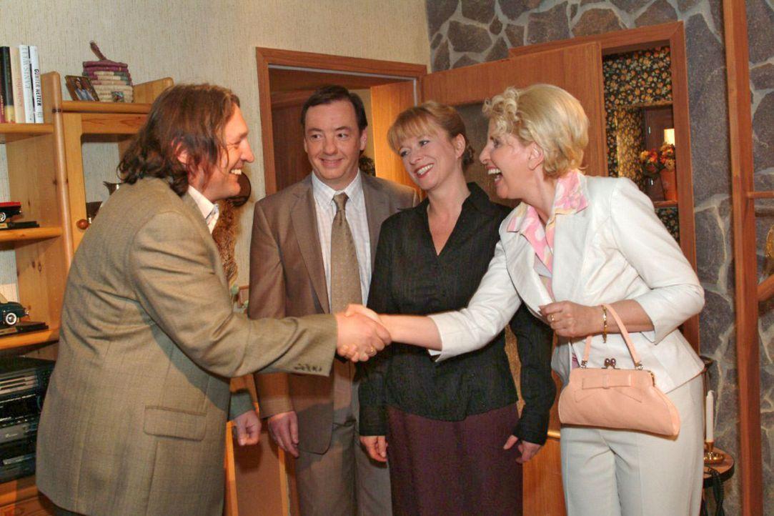Lisas Eltern Bernd (Volker Herold, l.) und Helga (Ulrike Mai, 2.v.r.) haben Jürgens Eltern Traudel (Gabriele Metzger, r.) und Kurt (Thomas Hinrich,... - Bildquelle: Sat.1