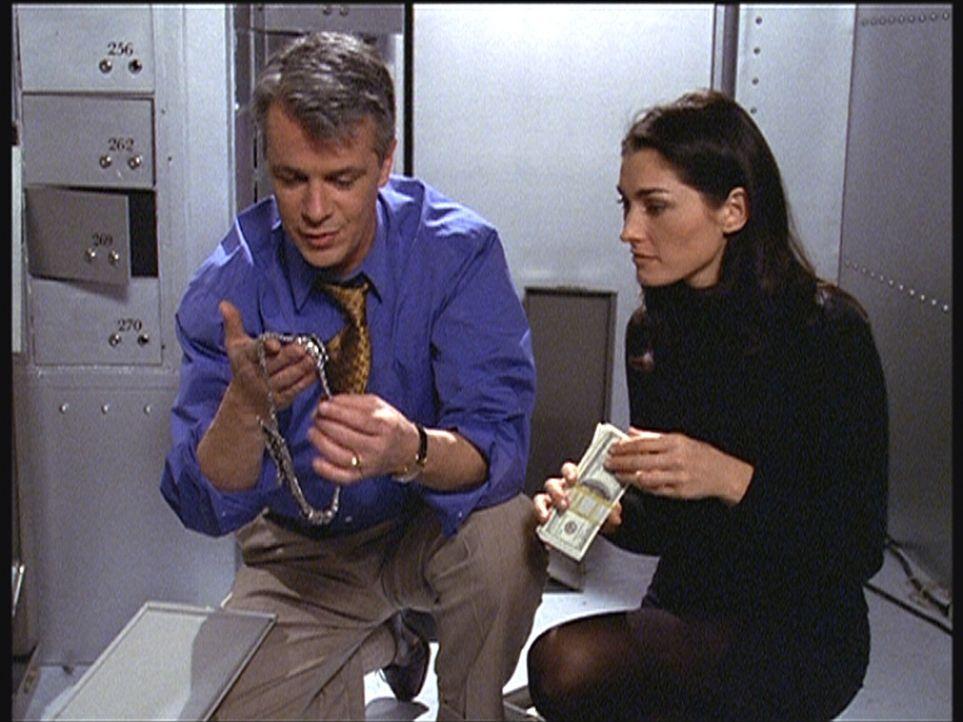 Dr. Irv Downey (Francois Giroday, l.) und Ariel (Dara Tomanovich, r.) haben sich durch die Wand in den Tresorraum einer Bank hineingearbeitet und be... - Bildquelle: Viacom