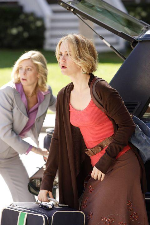 Lynette möchte ihre Mutter loswerden und hofft, dass eine ihrer Schwestern Stella bei sich auf nimmt. Doch weder Lucy (Carrie Preston, l.) noch Lydi... - Bildquelle: ABC Studios