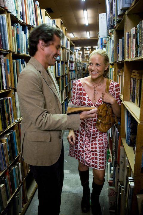 Hundezüchterin Jocelyn (Maria Bello, r.) bringt ihren Zufallsbekannten Grigg (Hugh Dancy, l.) mit in die Runde der Jane-Austen-Leserinnen ... - Bildquelle: 2007 Sony Pictures Classics Inc. All Rights Reserved.