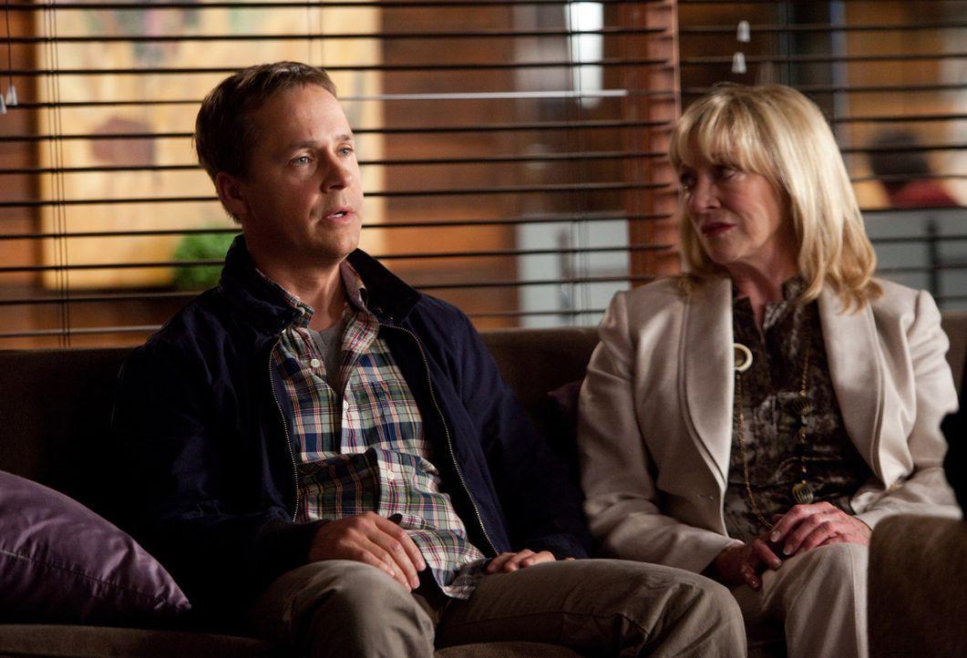 Hoffen, auf die Hilfe von Jane: Daniel Porter (Chad Lowe, l.) und seine Mutter Marian (Veronica Cartwright, r.) ... - Bildquelle: 2009 Sony Pictures Television Inc. All Rights Reserved.