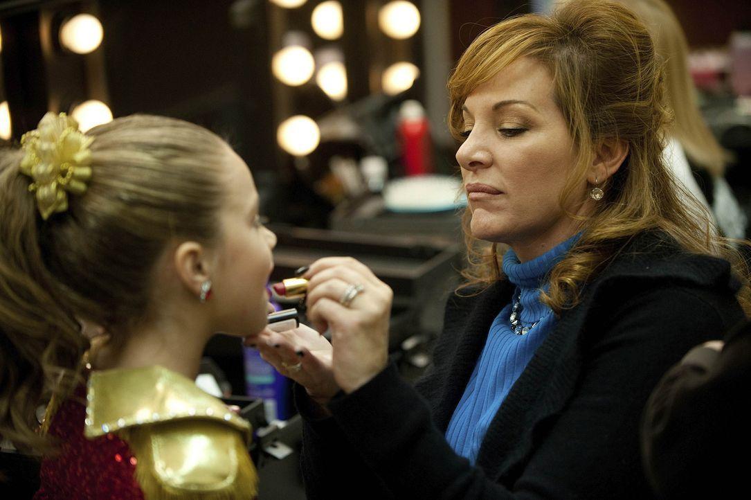 Noch ahnt Dance Mom Jill (r.) nicht, was auf die Tanzgruppe zukommt ... - Bildquelle: Scott Gries 2011 A+E Networks