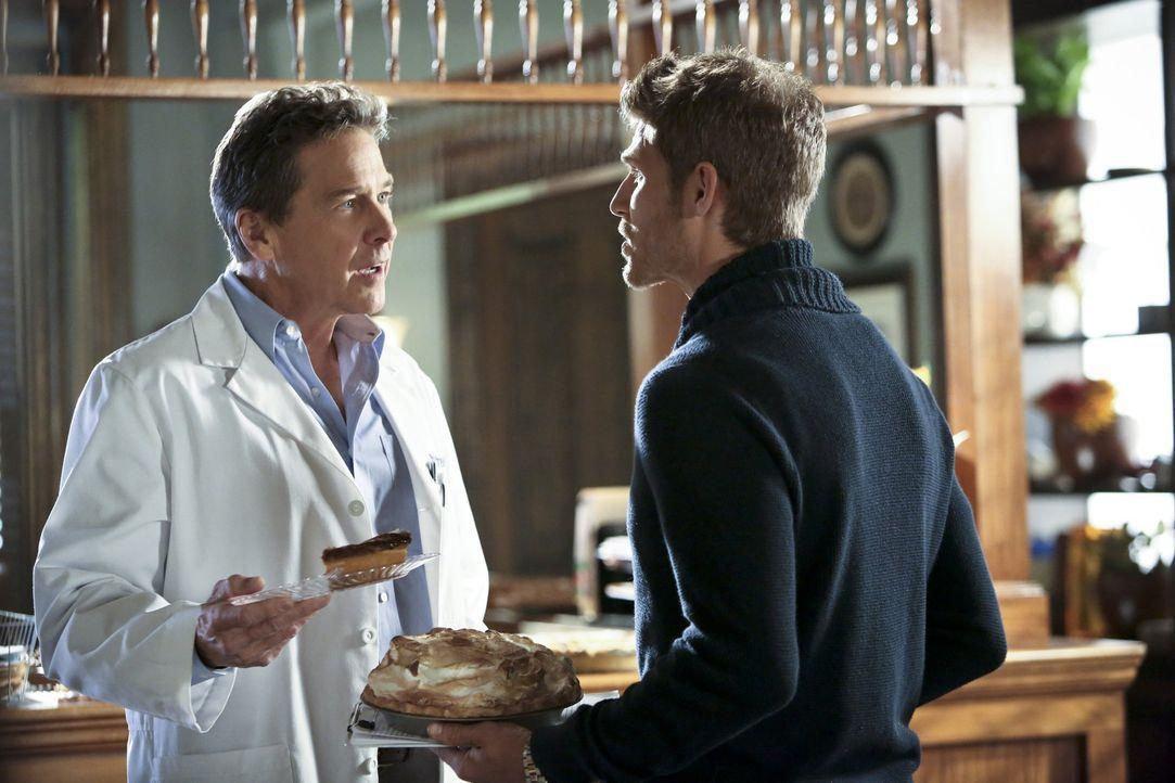 Brick (Tim Matheson, l.) und Jonah (Travis Van Winkle, r.) sind sich nicht immer einig ... - Bildquelle: Warner Bros.