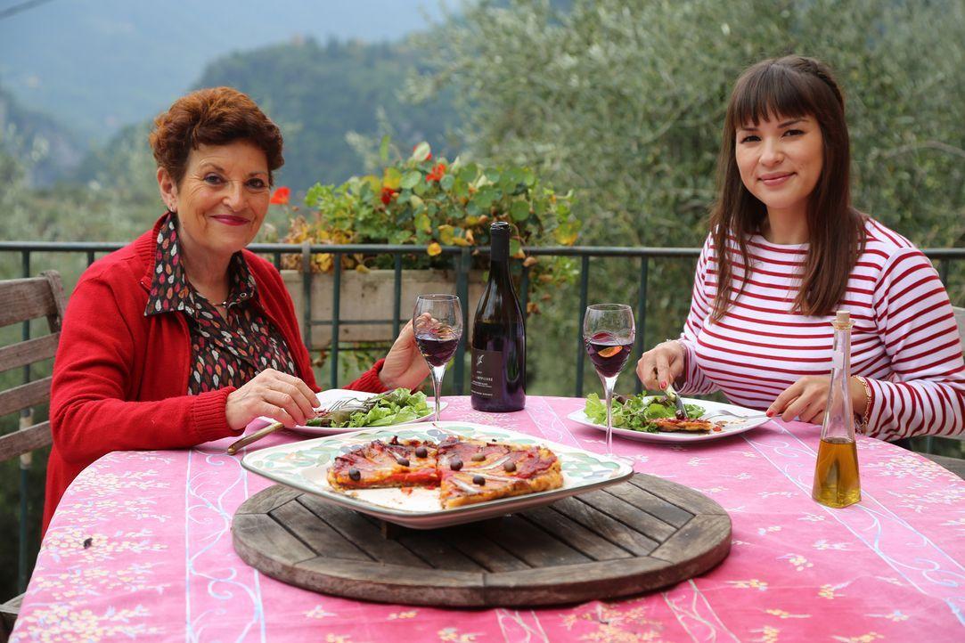 In der Provence besucht Rachel (r.) ihre Freundin Jaqueline (l.) auf deren Olivenhain ... - Bildquelle: Richard Hill BBC 2014
