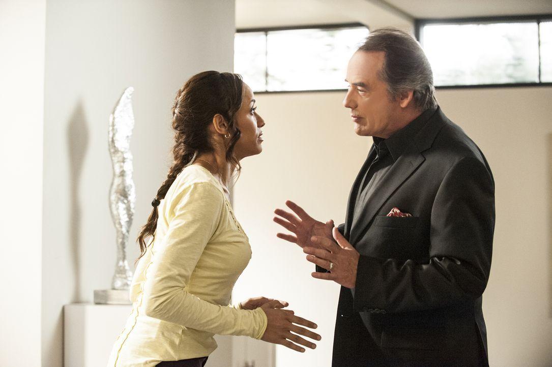 Während Rosie (Dania Ramirez, l.) Adrian (Tom Irwin, r.) etwas schuldig ist, ist Carmen von ihrem Chef Alejandro mehr als enttäuscht ... - Bildquelle: ABC Studios