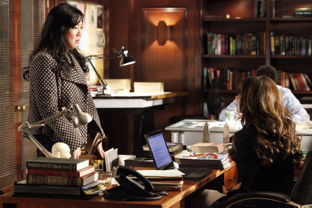 Melinda (Jennifer Love Hewitt, r.) bittet die Professorin Avery Grant (Margaret Cho, l.) um Rat. - Bildquelle: ABC Studios
