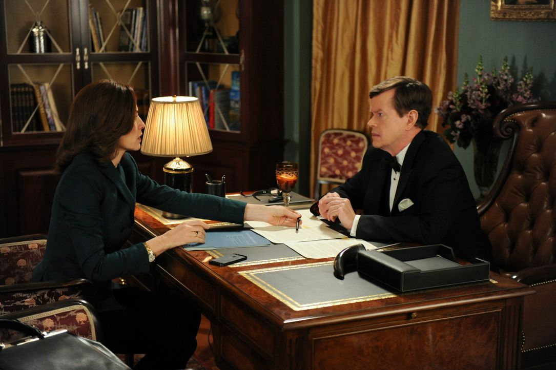 Der Besuch bei dem Langzeitklienten Colin Sweeney (Dylan Baker, r.) verläuft für Alicia (Julianna Margulies, l.) anders als erwartet ... - Bildquelle: David M. Russell 2014 CBS Broadcasting, Inc. All Rights Reserved