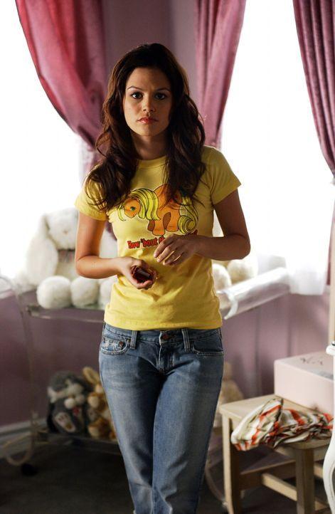 Summer (Rachel Bilson) ist stocksauer, als sie zufällig im Fernsehen sieht, wie Seth einem blonden Mädchen die Sahne vom Körper leckt und am Ende... - Bildquelle: Warner Bros. Television