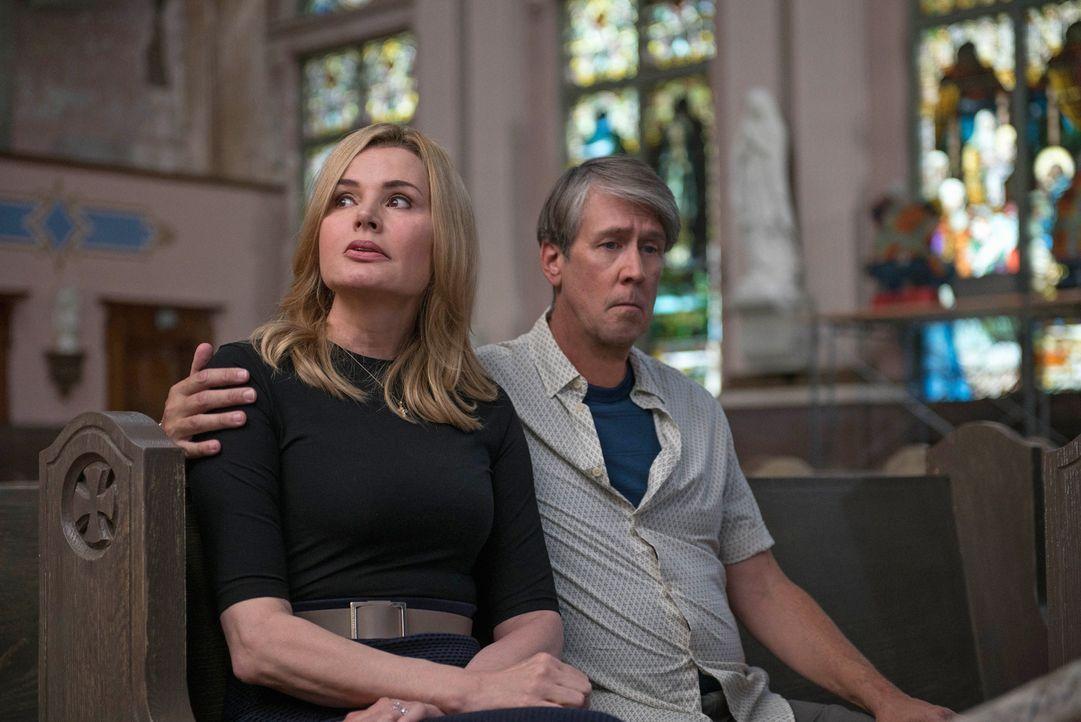 Angela (Geena Davis, l.) und Henry (Alan Ruck, r.) machen sich immer mehr Sorgen um ihr kleines Mädchen, nicht ahnend, wie schlimm es bereits um sie... - Bildquelle: 2016 Fox and its related entities.  All rights reserved.