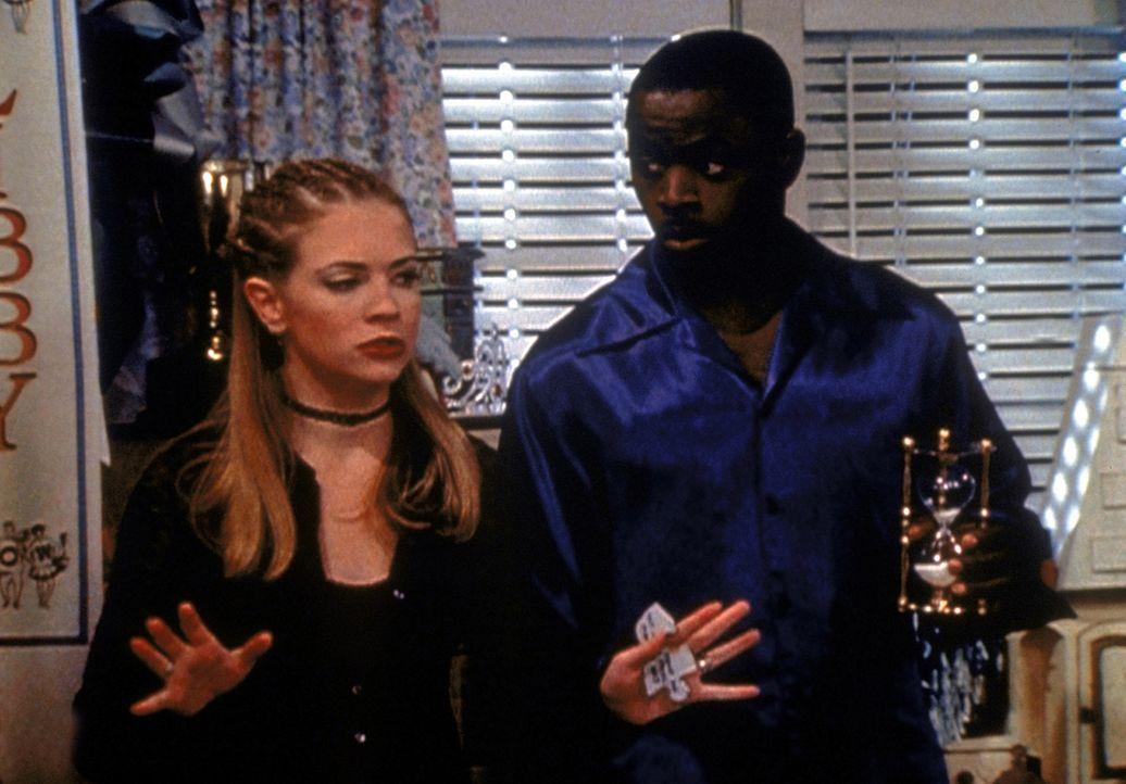 Sabrina (Melissa Joan Hart, l.) und der Quizmaster (Alimi Ballard, r.) sind auf der Suche nach fehlenden Puzzleteilen, in die Libby verzaubert wurde... - Bildquelle: Paramount Pictures