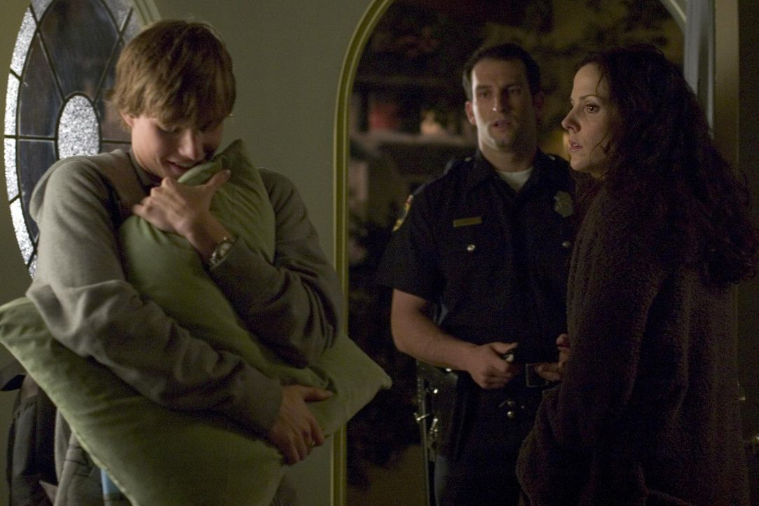 Nachdem Silas (Hunter Parrish, l.) und Megan beim Drogen konsumieren erwischt wurden, wird er von einem Polizisten (Kevin Sizemore, M.) nach Hause g... - Bildquelle: Lions Gate Television