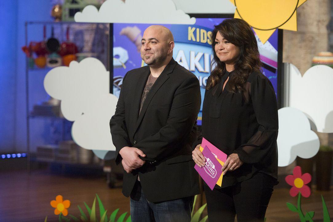 Diese Woche müssen Duff Goldman (l.) und Valerie Bertinelli (r.) entscheiden, wer Kids Baking Champion wird ... - Bildquelle: Adam Rose 2015, Television Food Network, G.P.  All Rights Reserved.