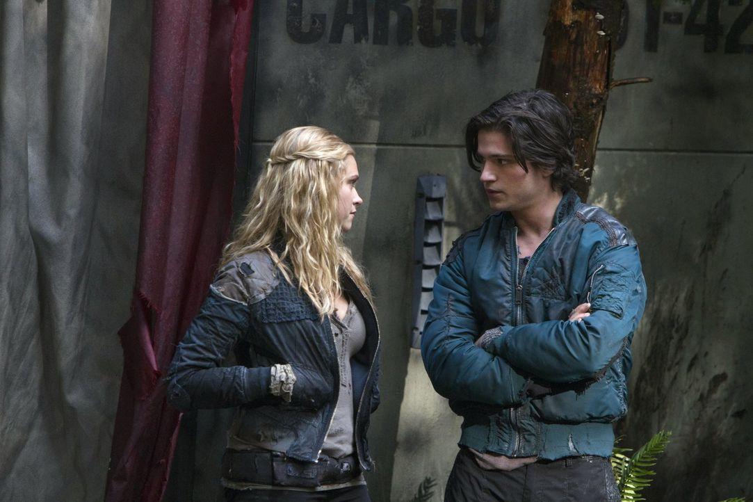 Wird Finn (Thomas McDonell, r.) Clarke (Eliza Taylor, l.) davon überzeugen können, einen gefährlichen, aber notwendigen Schritt zu gehen? - Bildquelle: Warner Brothers
