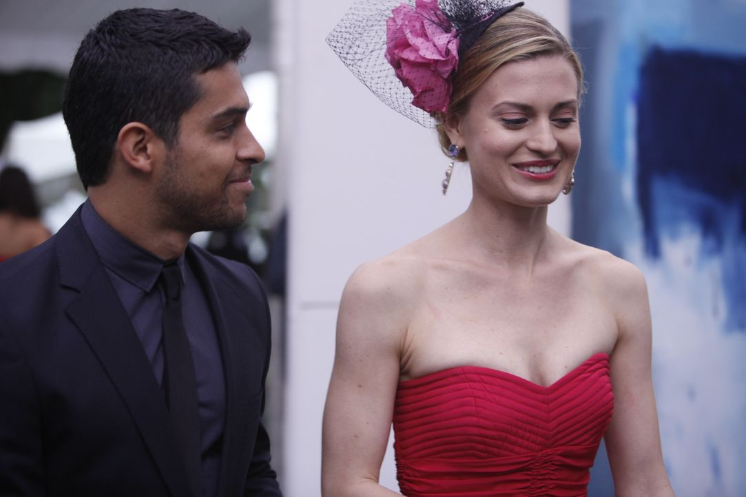 Paige (Brooke D'Orsay, r.) ist außer sich vor Freunde, als der Galerist Eric Kasabian (Wilmer Valderrama, l.) tatsächlich ein Bild von ihr kauft. Do... - Bildquelle: Will Hart 2011 Open 4 Business Productions, LLC. All Rights Reserved. / Will Hart