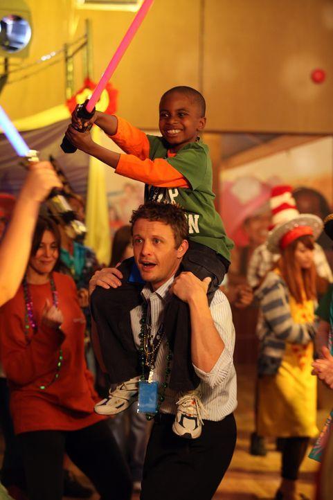 Auch Dr. Brenner (David Lyons) kann sich langsam mit den Kids anfreunden ... - Bildquelle: Warner Bros. Television