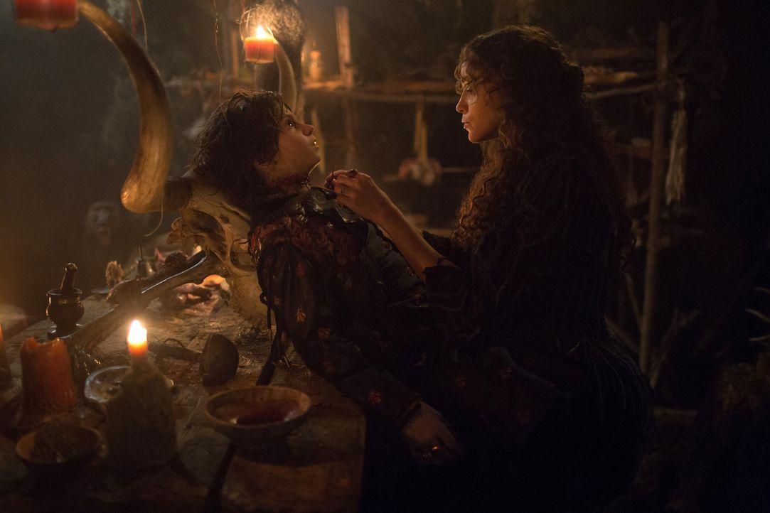Wie weit wird Tituba (Ashley Madekwe, r.) gehen, um den Dunklen Lord (Oliver Bell, l.) zurückzubringen? - Bildquelle: 2016-2017 Fox and its related entities.  All rights reserved.