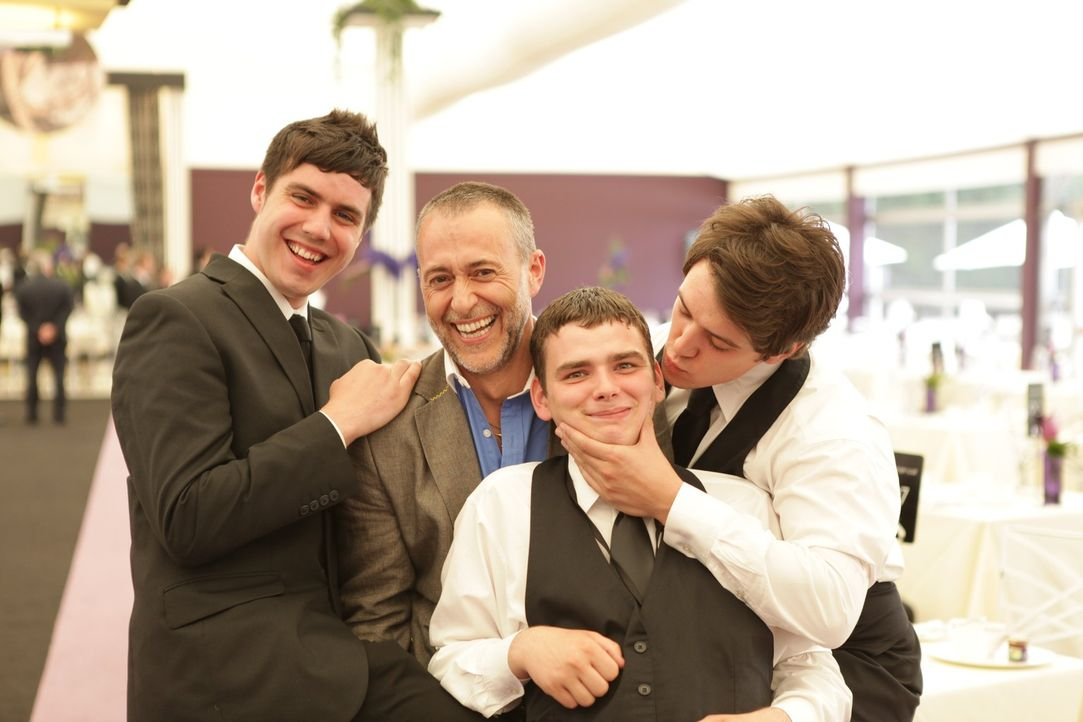 Der Spaß darf natürlich nicht zu kurz kommen: Michel Roux (2.v.l.) will bei den Kandidaten Tom (l.), Ashley (2.v.r.) und James (r.) die Leidenscha... - Bildquelle: Warner Bros.