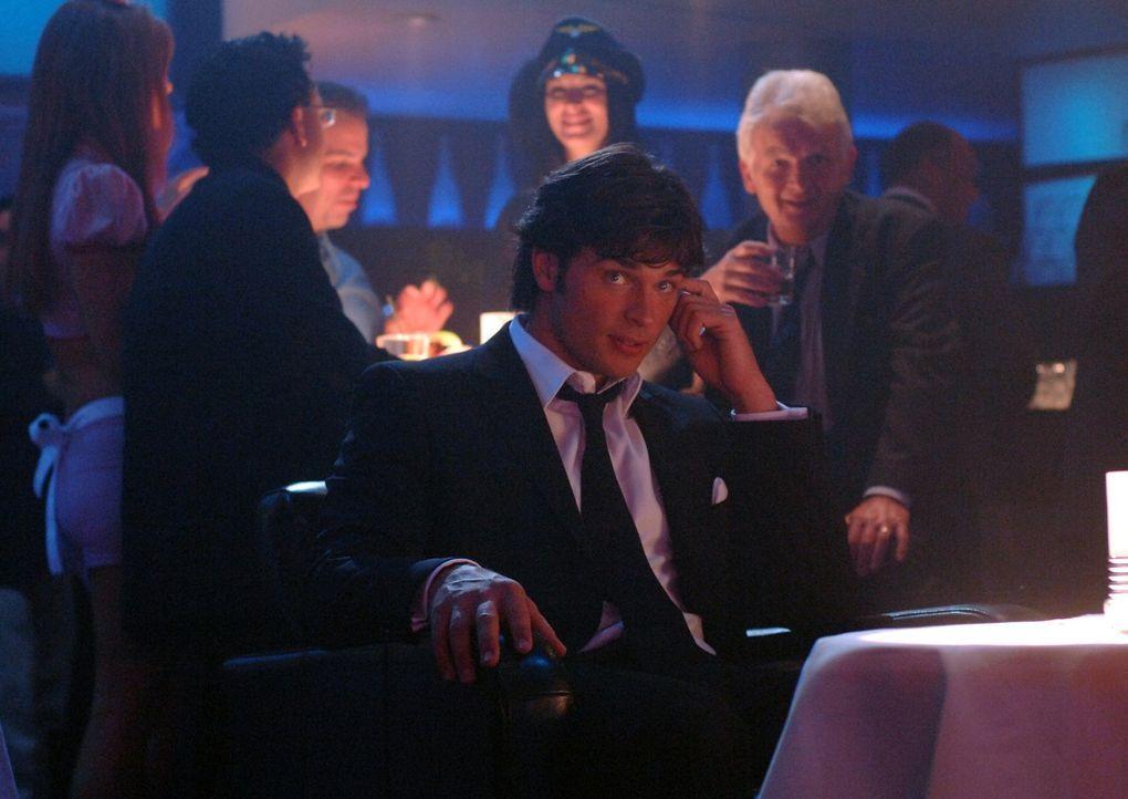Eigentlich ist Clark (Tom Welling, vorne) nur im Stripclub, um den Mörder der Stripperin Melissa zu finden. Doch vor allem Lois' Auftritt lenkt ihn... - Bildquelle: Warner Bros.