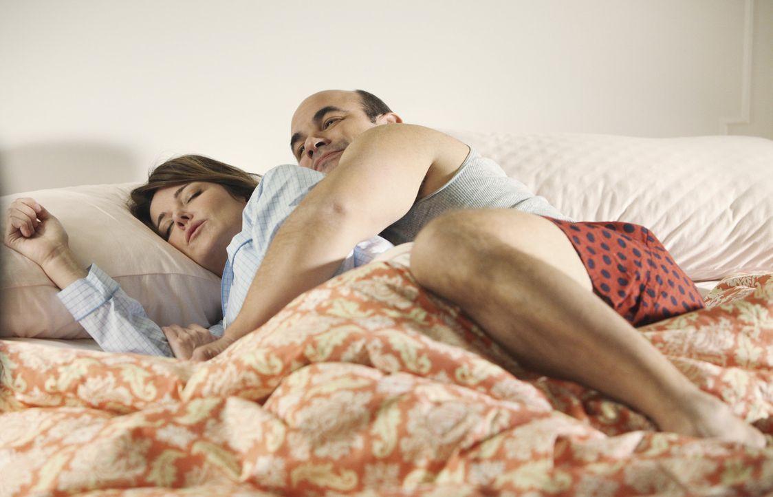 Heute ist Sexnacht bei Ellie (Christa Miller, l.) und Andy (Ian Gomez, r.). So kommt endlich wieder ein bisschen Schwung in ihre Ehe ... - Bildquelle: 2009 ABC INC.